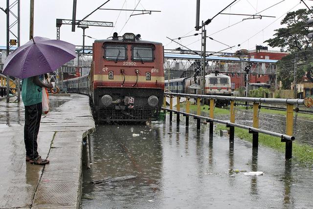 Đường ray tàu hỏa bị ngập nước.