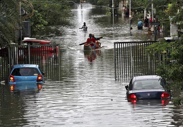 Người dân sử dụng thuyền để di chuyển trên đường.