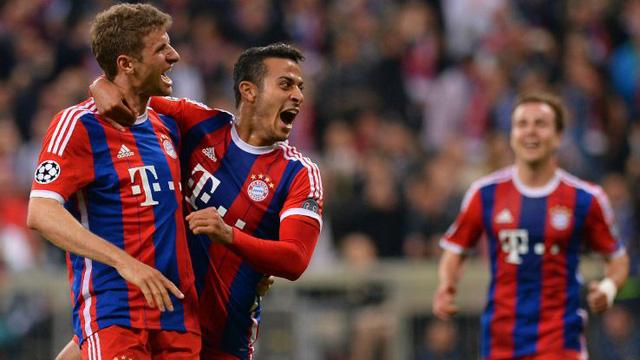 Muller và Thiago ăn mừng bàn thắng cho Bayern.