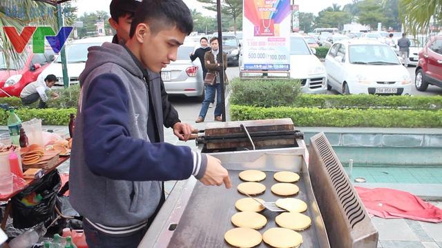 Mua sắm nhiều phụ kiện và thưởng thức những món ăn vặt Nhật Bản rất thu hút các bạn trẻ đến với lễ hội Tuyết