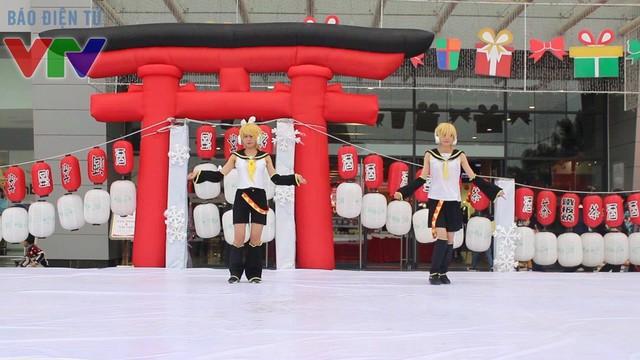 Các nhân vật cosplay trình diễn nhiều tiết mục trên sân khấu