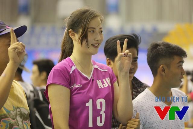 Khán giả ở nhà thi đấu đa năng tỉnh Bạc Liêu vây kín Ren Wenqian để chụp ảnh chung.