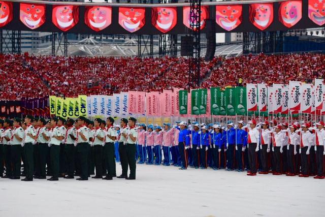 Lực lượng vũ trang Singapore và 16 ngũ dân sự bao gồm Singtel , DBS và NTUC tham gia diễu hành