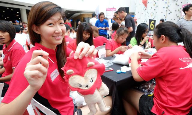 VĐV ĐT Netballer (một bộ môn gần giống bóng rổ) Charmaine Soh đang tự làm chú sư tử Nila cho mình.