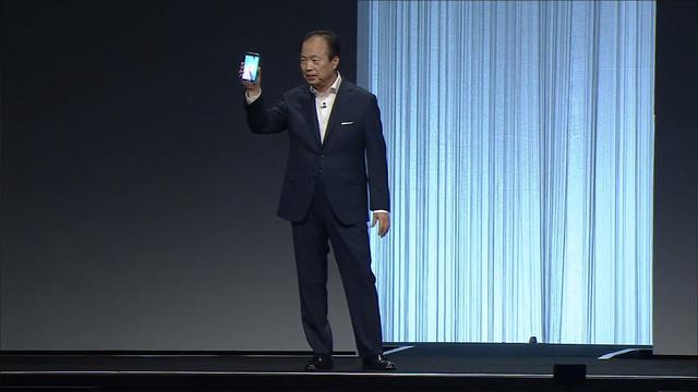 CEO của Samsung - JK Shin với chiếc Galaxy S6 trên tay