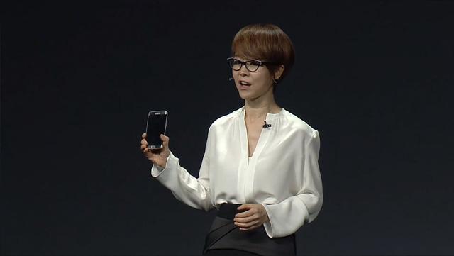 Phó giám đốc điều hành của Samsung - bà YoungHee Lee - khẳng định Galaxy S6 không bị bẻ cong
