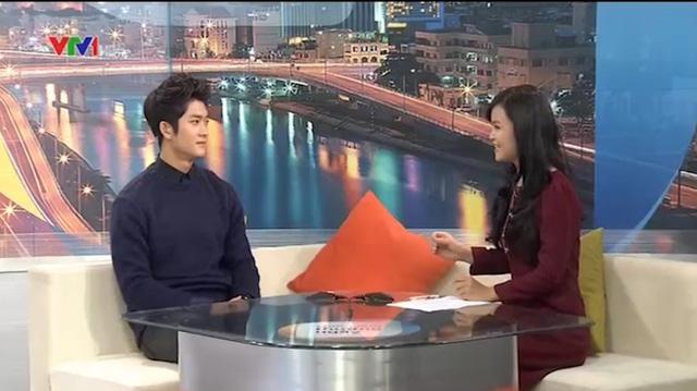 Kang Tae Oh và BTV Thanh Hoa trên trường quay Cuộc sống thường ngày ngoài đời thực.