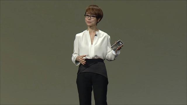 Phó giám đốc điều hành của Samsung với chiếc Galaxy S6 Edge trên tay