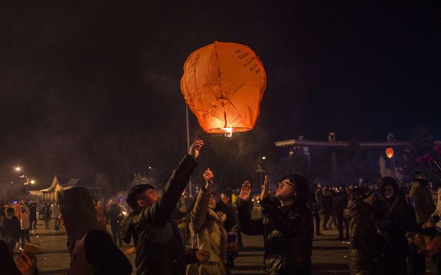 Người dân Trung Quốc thả đèn trời cầu nguyện cho năm mới với nhiều điều may mắn