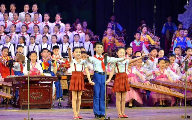 Trẻ em trình diễn trong một chương trình âm nhạc cuối năm tại Bình Nhưỡng