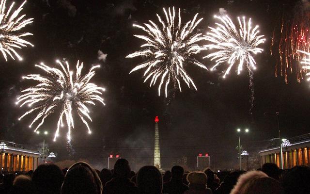 Ở phía bên kia bờ sông, người anh em của Hàn Quốc - Triều Tiên - cũng đã đón chào năm mới. Hình ảnh là màn bắn pháo hoa tại thủ đô Bình Nhưỡng