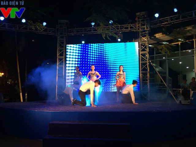 Tiết mục nhảy sôi động của các bạn sinh viên trường đại học Thăng Long.