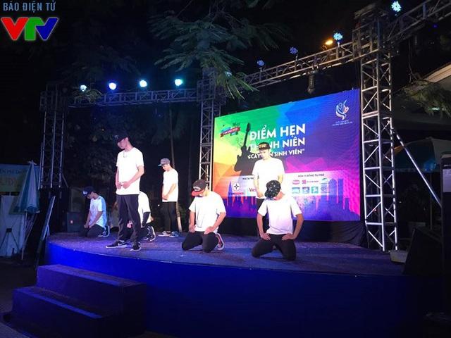 Sinh viên trường đại học KHXHNV cũng góp tiết mục hip hop rất sôi động.
