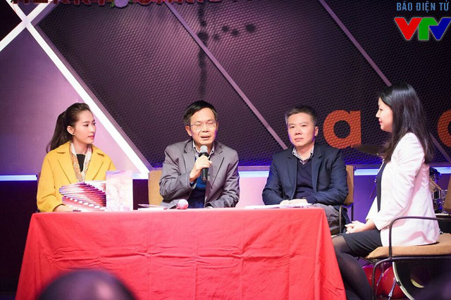Giáo sư Ngô Bảo Châu và Hoa hậu Thu Thảo trong vai trò diễn giải tại buổi ra mắt sách.