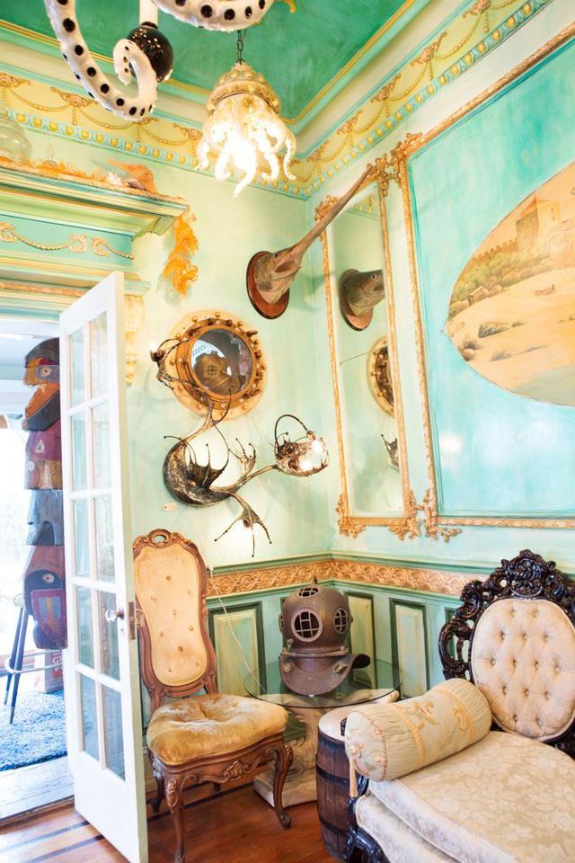 Một chiếc mũ của thợ lặn được bày trong phòng làm đồ trang trí.