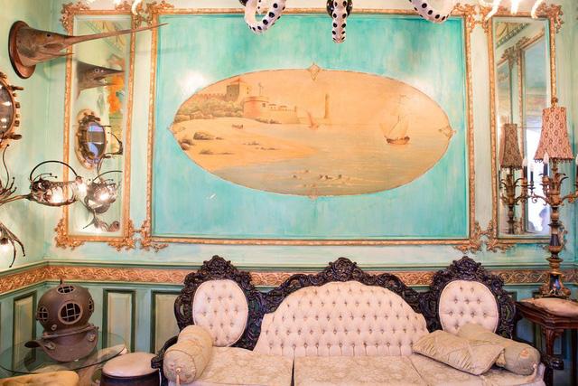 Bức tranh lớn nổi bật trên nền tường màu biển.