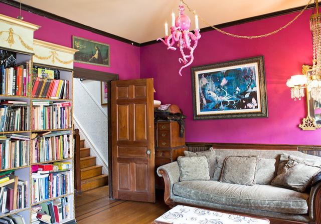 Phòng ngủ mang tông màu hồng, vừa là nơi nghỉ ngơi vừa là nơi đọc sách.
