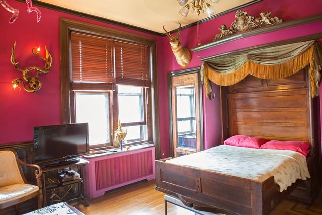 Từng chi tiết trong phòng vẫn được chủ nhân thiết kế để hòa quyện với không gian cướp biển của ngôi nhà.