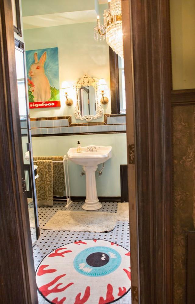 Phòng tắm hút mắt với thảm hình kỳ quái.