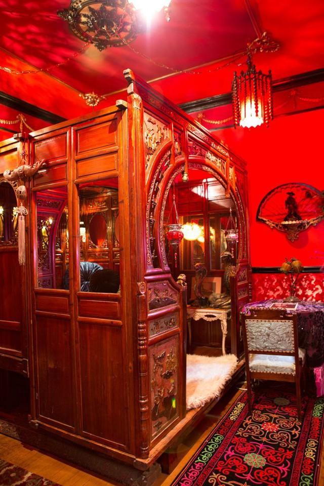 Một căn phòng ngủ khác gây bất ngờ bởi tông màu đỏ rực.