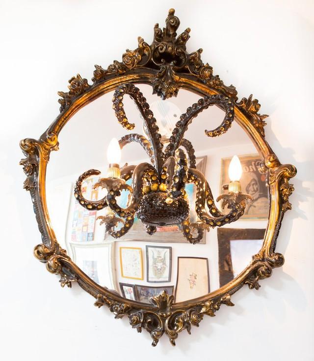 Một chiếc gương trong nhà độc đáo với hình bạch tuộc.
