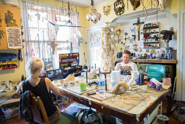 Phòng làm việc của chủ nhân là nơi tạo cảm hứng cho anh sáng tạo nên không gian nhà độc nhất vô nhị.