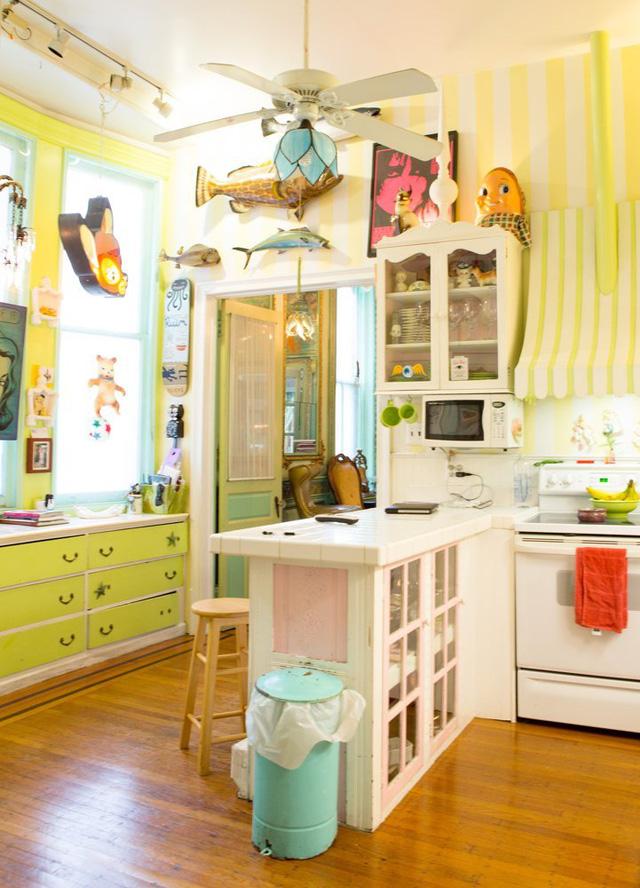 Trong khi đó, căn bếp lại mang màu sắc rực rỡ hơn với nhiều hình ảnh ngộ nghĩnh.