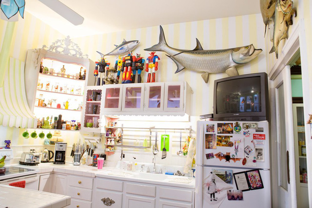 Những vật dụng mang hình ảnh biển cả vẫn được bày đặt trong bếp.