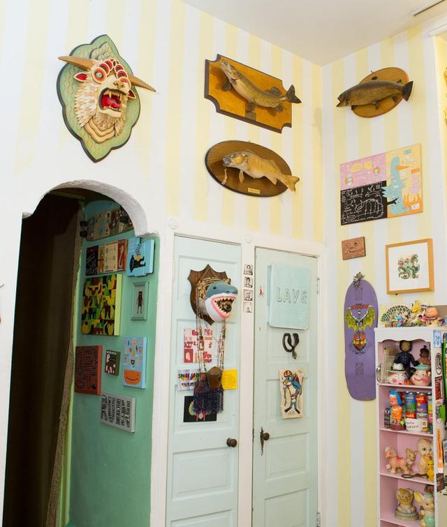 Màu sắc và các đồ trang trí khiến căn bếp trở nên vô cùng sinh động.