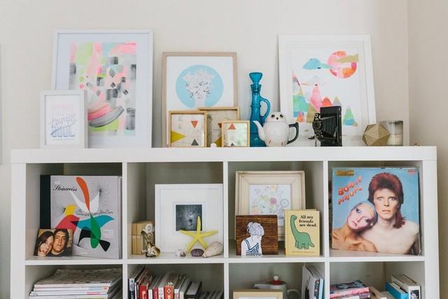 Giá bày đồ bao gồm nhiều đồ trang trí, tranh, ảnh, sách và đĩa nhạc vô cùng ấn tượng.