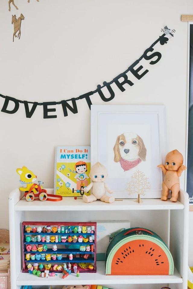Đồ chơi nhiều màu sắc trở thành điểm nhấn thú vị cho căn phòng của cậu bé.