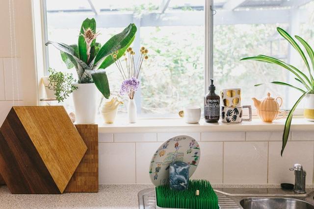 Góc bếp thoáng đãng với cửa sổ lớn và những vật dụng nhỏ đẹp mắt.