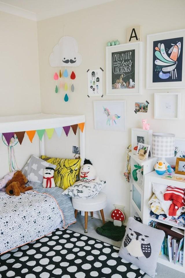 Phòng ngủ của con trai Laura nhiều đồ đạc nhưng được trang hoàng thật rực rỡ.