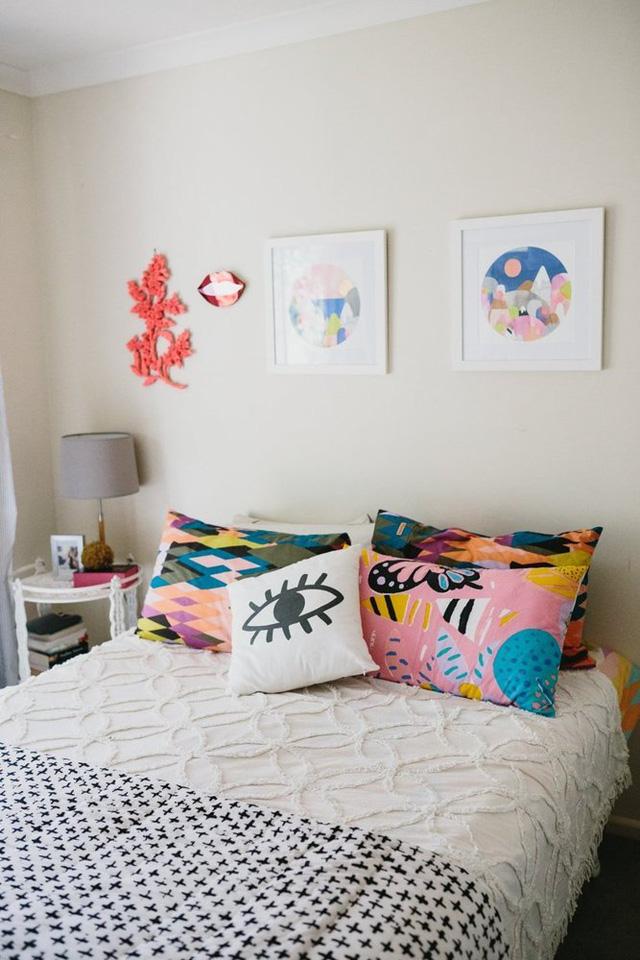 Giường ngủ của cô có những chiếc gối trông rất ấn tượng.