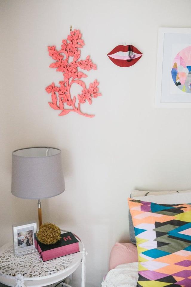 Cô khỏa lấp khoảng trắng trên bức tường đầu giường bằng những hình dán sinh động.