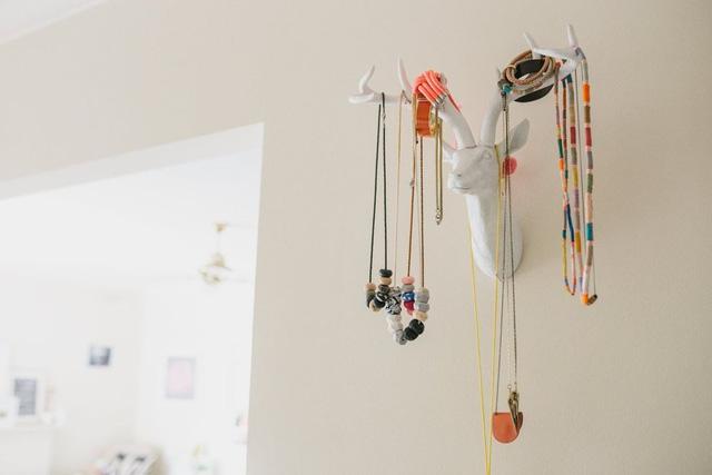 Mỗi vật dụng tưởng chừng bình thường trong ngôi nhà đều được Laura tô điểm thêm bằng các màu sắc.