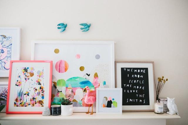 Laura sử dụng màu nước để tự mình tạo nên các tác phẩm tranh đẹp mắt trang trí trong ngôi nhà.