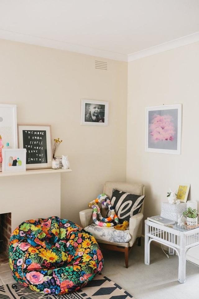 Ghế hoa với các đồ vật màu mè làm điểm nhấn cho một góc phòng khách.