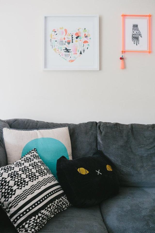 Gối tựa hình mèo được đặt trên sofa.