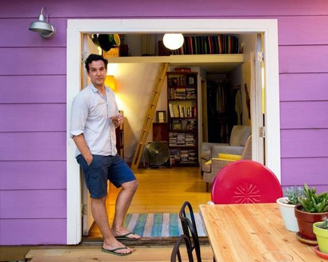 Nhà kho cũ được tái sử dụng và trở thành ngôi nhà nhỏ có tường ngoài màu tím nổi bật.