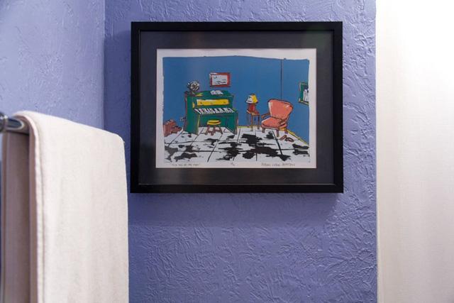 Những bức hình này làm căn phòng trở nên sinh động hơn.