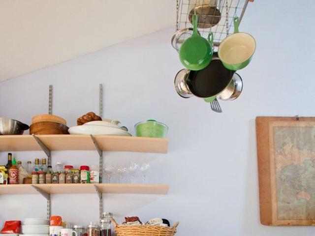 Một số đồ làm bếp được treo lên để tiết kiệm không gian bày đồ.