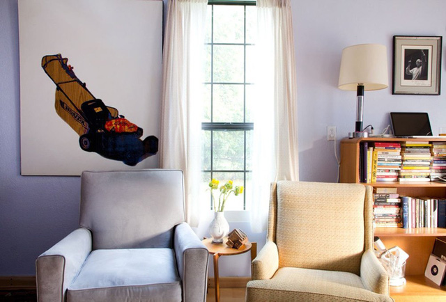 Một góc ngồi thư giãn tuyệt đẹp bên cửa sổ. Ghế đệm có màu be và màu pastel phù hợp với tông màu của ngôi nhà.