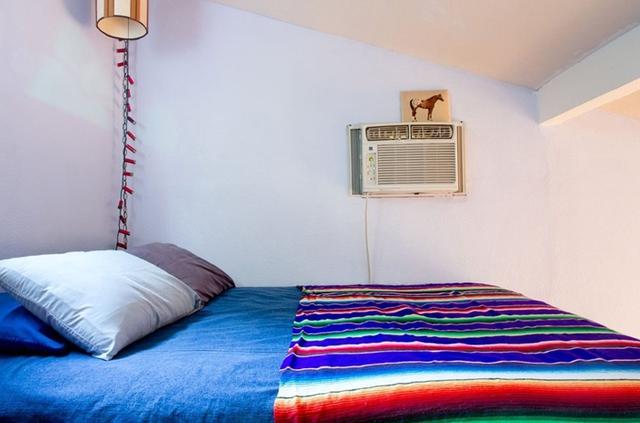 Giường ngủ trở thành điểm nhấn cho căn phòng với tông màu tím và xanh coban.