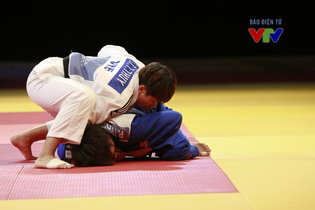 Nguyễn Thị Thanh Thủy (áo trắng) thi đấu vô cùng chững chạc trong lần đầu tiên tham dự SEA Games.