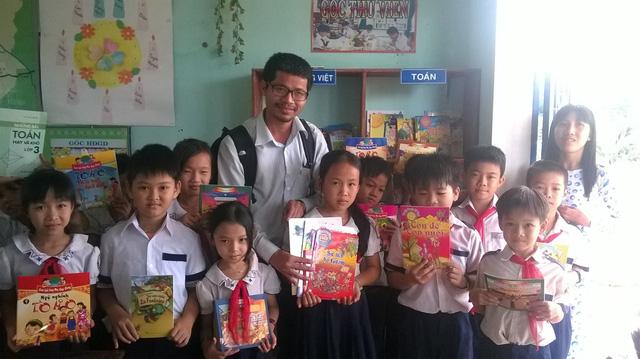 Anh Nguyễn Quang Thạch mang sách đến với các em nông thôn (Ảnh nhân vật cung cấp).