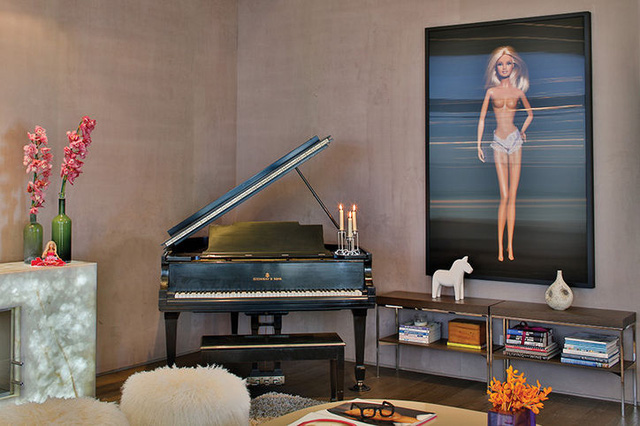 Ngôi nhà với căn phòng khách tuyệt đẹp, nổi bật là bức ảnh hình búp bê Barbie.