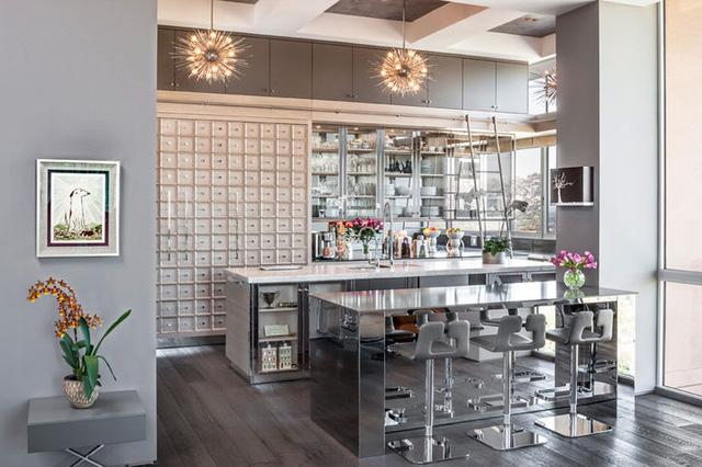 Góc bếp được thiết kế sang trọng như một góc nhà hàng nhỏ.