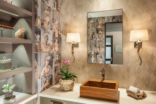 Đồng thời, phòng tắm cũng rất trang nhã và cổ điển.