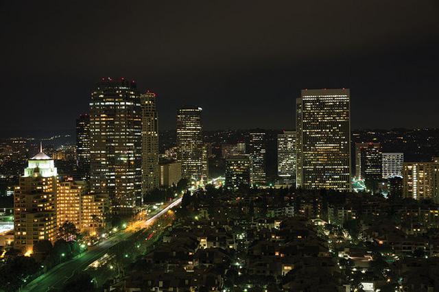 Khung cảnh thành phố Los Angeles nhìn từ cửa sổ ngôi nhà.
